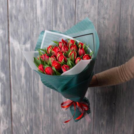 Букет из 19 алых тюльпанов