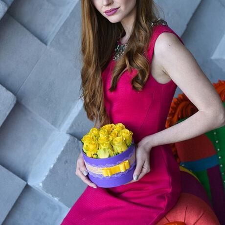 11 желтых роз в шляпной коробке
