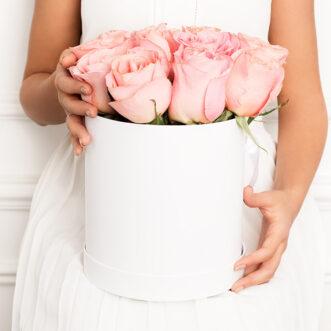 15 нежно-розовых роз в шляпной коробке