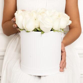 23 белых роз в шляпной коробке