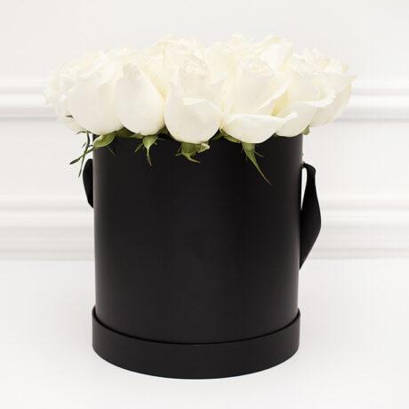 25 белых роз в шляпной коробке