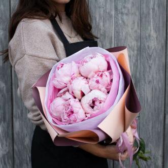 Букет из 7 розовых пионов