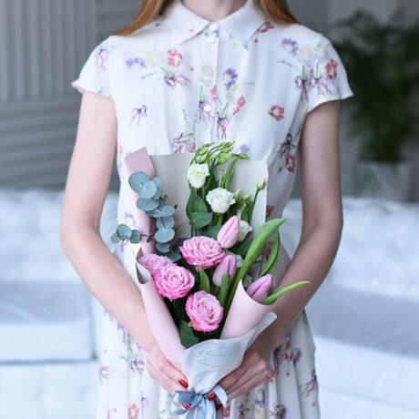 Букет из роз, тюльпанов и эустом