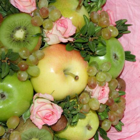 Букет из яблок и винограда