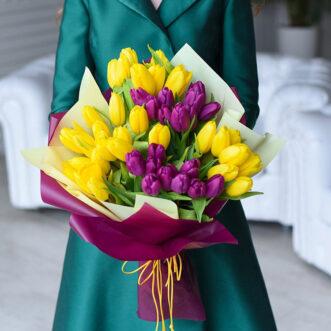 Букет из желтых и фиолетовых тюльпанов