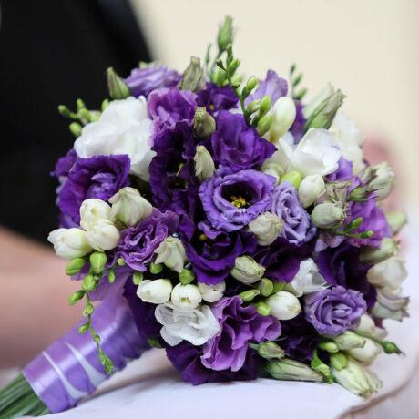 Букет невесты из эустомы и фрезии