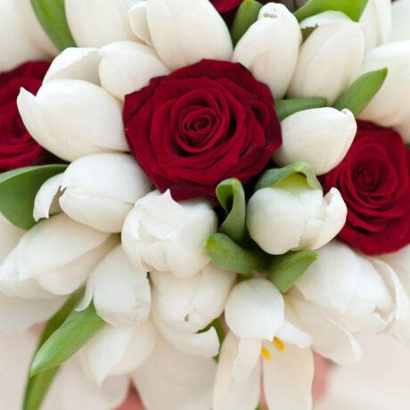 Букет невесты из красных роз и тюльпанов