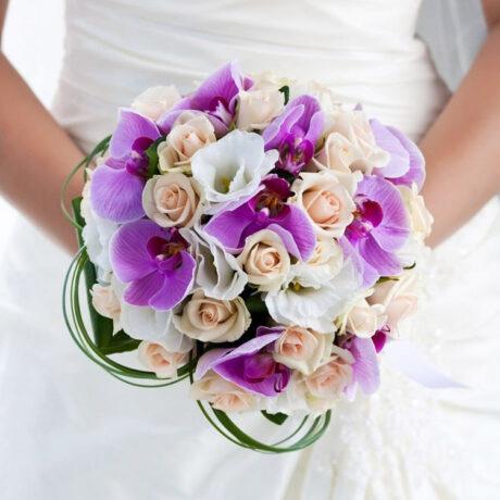 Букет невесты из кремовых роз и орхидей