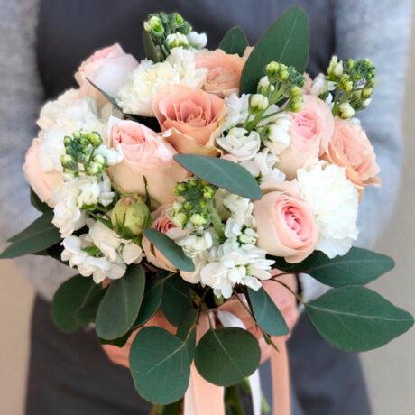 Букет невесты из роз и белых гвоздик