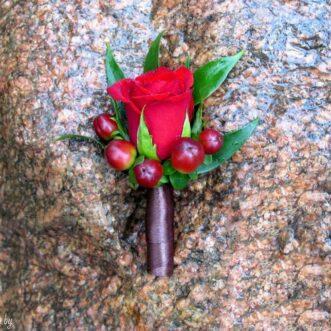 Бутоньерка из красной розы и гиперикума