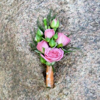 Бутоньерка из розовых кустовых роз