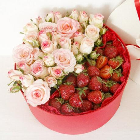 Клубника и кустовые розы в коробке