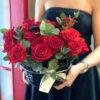 Корзина с красными розами и эвкалиптом