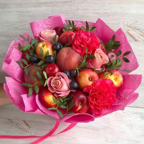 Букет из фруктов и красных гвоздик