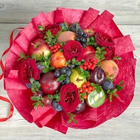 Букет из фруктов и красных роз
