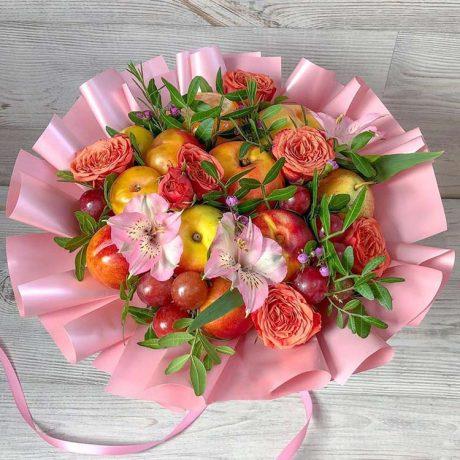 Букет из фруктов и пионовидных роз