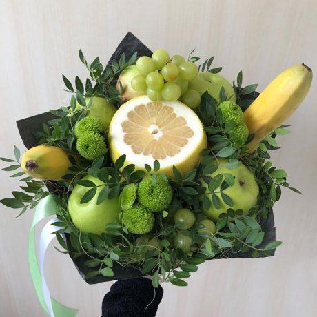 Букет из фруктов и зеленых хризантем