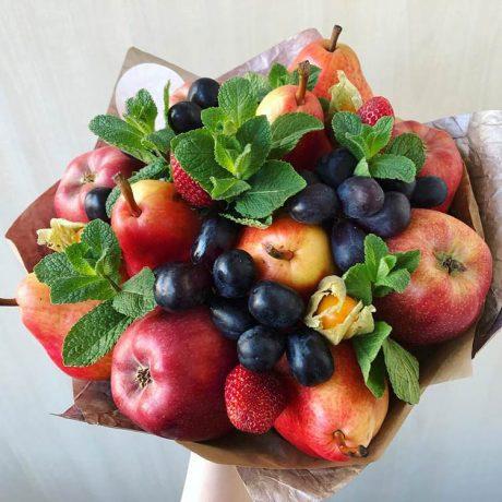 Букет из фруктов, клубники и физалиса