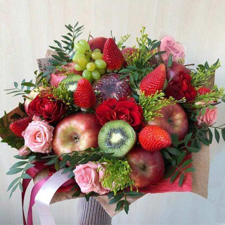 Букет из фруктов, клубники и роз