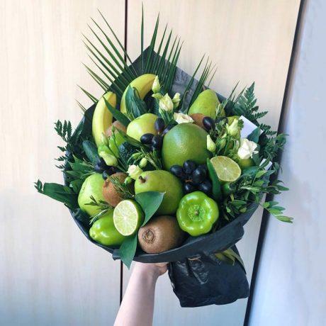 Букет из фруктов, овощей и эустом