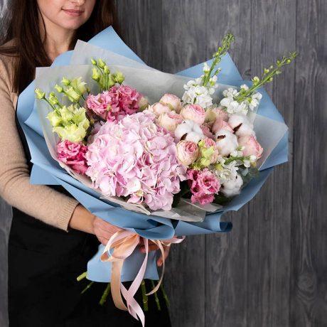 Букет из гортензии, роз и эустом (вид сбоку)