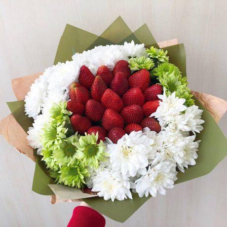 Букет из клубники и кустовых хризантем