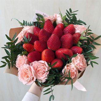Букет из клубники и розовых роз