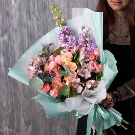 Букет из кустовых роз, альстромерий и маттиолы