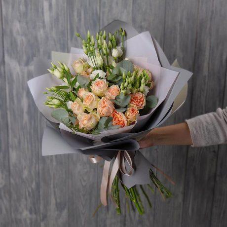 Букет из кустовых роз, эустом и эвкалипта