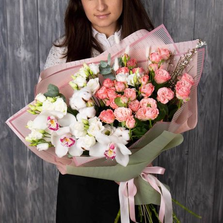 Букет из кустовых роз, орхидеи и хлопка