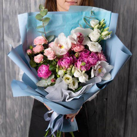 Букет из розовых роз и орхидей в крафте