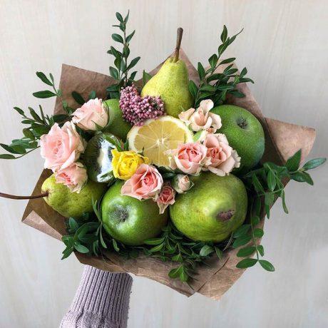 Букет из яблок, груш и кустовых роз