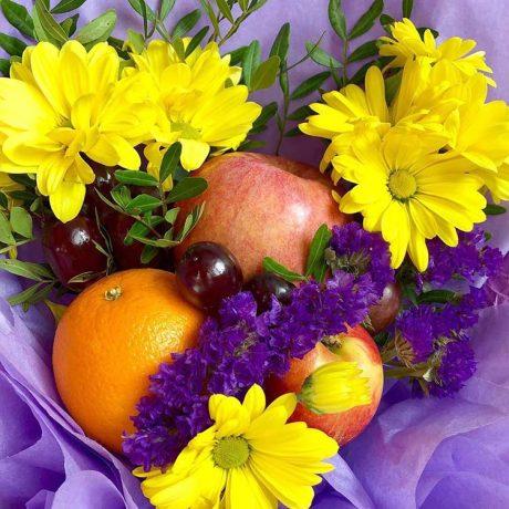 Букет из желтых хризантем и фруктов (вблизи)