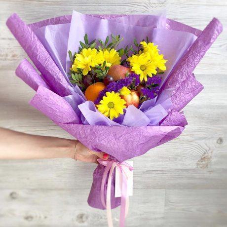 Букет из желтых хризантем и фруктов