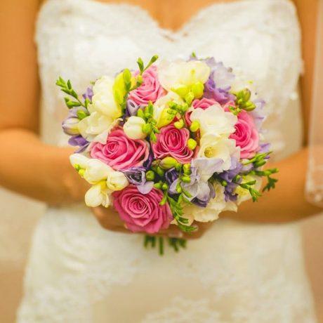 Букет невесты из 11 роз и фрезии