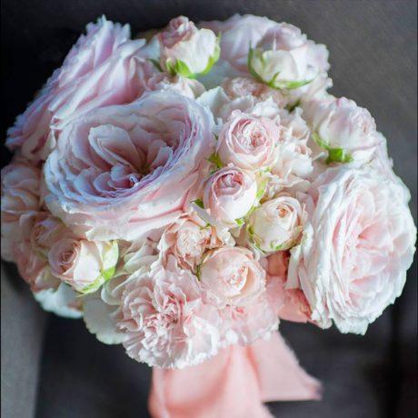 Букет невесты из пионовидных роз и диантуса (вблизи)