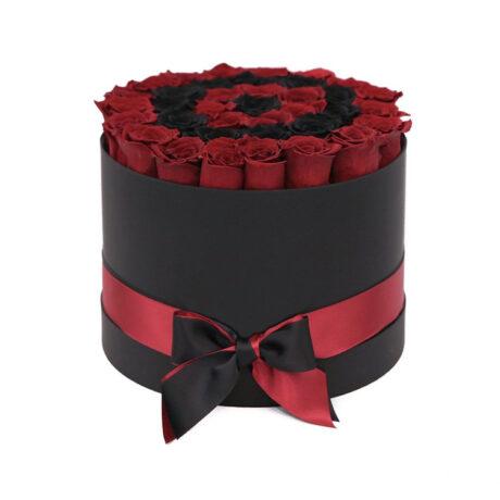 Черные и красные розы в шляпной коробке