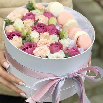 6 макарун и розы в шляпной коробке