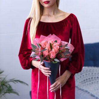 7 розовых роз в конусе