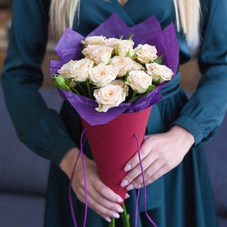 Белые кустовые розы в конусе