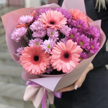 Букет из 5 гербер и кустовых хризантем