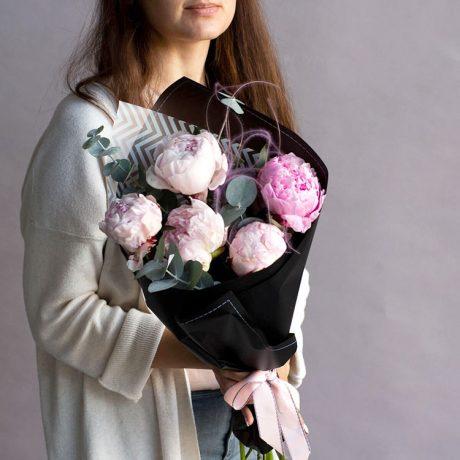 Букет из 5 розовых пионов и эвкалипта