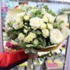 Букет из белых роз и альстромерий
