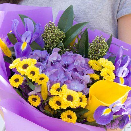 Букет из фиолетовой гортензии и ирисов