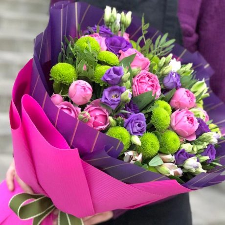 Букет из фиолетовых эустомы и хризантем