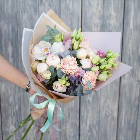 Букет из кустовых пионовидных роз и гвоздик