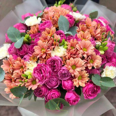 Букет из пионовидных кустовых роз и хризантем