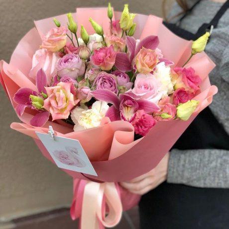 Букет из розовых эустом и орхидей
