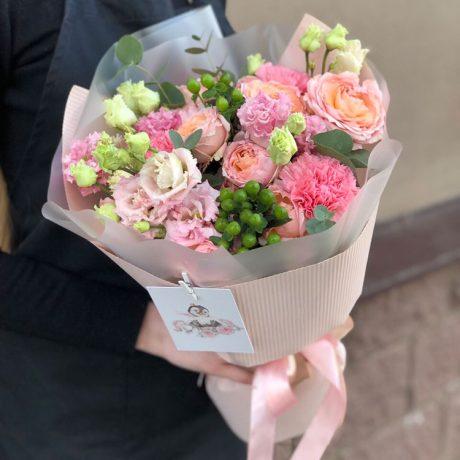 Букет из розовых гвоздик и эустом