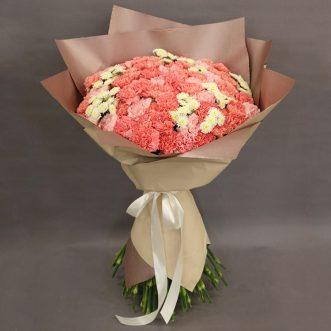 Букет из розовых гвоздик и кустовых хризантем